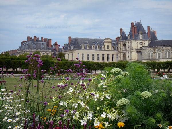 Gardens of the Palace of Fontainebleau - Large flowerbed (French-style formal garden) with a view of the Palace of Fontainebleau