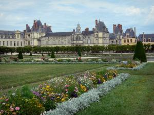 Gardens of the Palace of Fontainebleau - Large flowerbed (French-style formal garden) and Palace of Fontainebleau