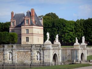Gardens of the Palace of Fontainebleau - Sully pavilion and statues (sculptures)