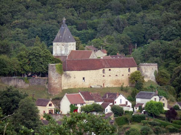 Gargilesse-Dampierre - View of the village surrounded by greenery: bell tower of the Notre-Dame church, tower, pigeon tower and farm of the château, houses and trees; in the Creuse valley