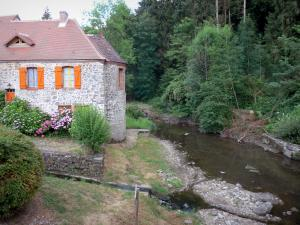 Gargilesse-Dampierre - Flower-decked house and trees along the river