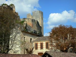 Gavaudun castle - Houses in the village at the foot of the fortress