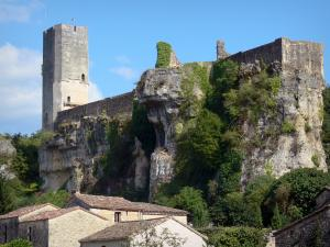 Gavaudun castle - Fortress perched on a rocky outcrop overlooking the roofs of the village