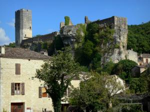 Gavaudun castle - Fortress on a rocky outcrop overlooking the houses of the village
