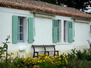 Georges Clemenceau's house - House, bench and flowers of the garden