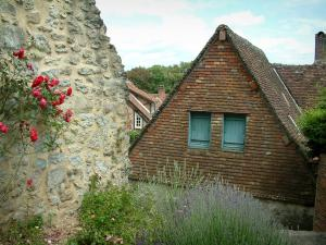 Gerberoy - Stone wall, rosebush (red roses), lavender and house covered with tiles