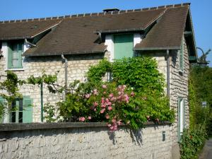 Giverny - Stone house and its blooming rose bush