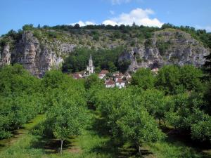 Gluges - Church and houses of the village, trees and cliffs, in the Dordogne valley, in the Quercy