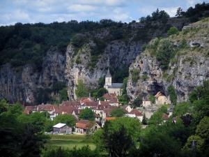 Gluges - Church and houses of the village, cliffs and trees, in the Dordogne valley, in the Quercy