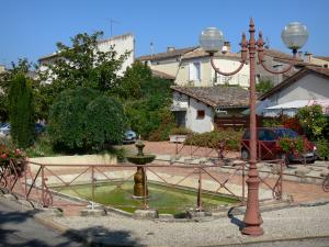 Gontaud-de-Nogaret - Fountain, lamppost and houses of the village