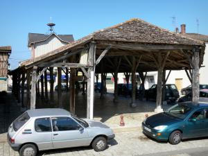 Gontaud-de-Nogaret - Wooden covered market hall