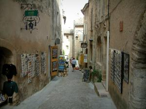 Gordes - Narrow street in the village with shops