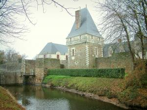 Goulaine castle - Castle, trees and moats
