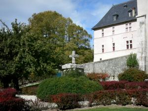 Grande Chartreuse monastery - Correrie of the Grande Chartreuse: cross, garden and monastic building