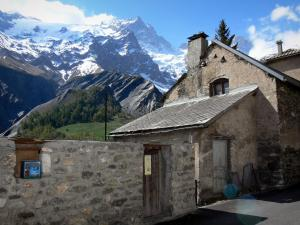 La Grave - House of the village with view of the Meije mountain range; in the Écrins National Nature Park