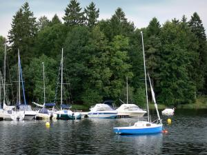 Great lakes of the Morvan - Settons lake (artificial lake), boats on the water, and wooded bank; in the Morvan Regional Nature Park