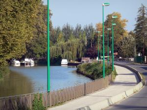 Greenway of the Garonne canal - Bicycle lane of the Voie Verte greenway, Garonne canal, boats, lampposts and trees; in Buzet-sur-Baïse