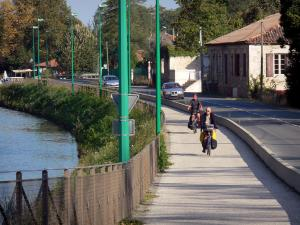 Greenway of the Garonne canal - Bicycle lane of the Voie Verte greenway with cyclists, along the Garonne canal; in Buzet-sur-Baïse