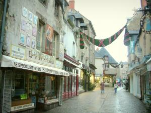 Guérande - Shopping street lined with houses and shops