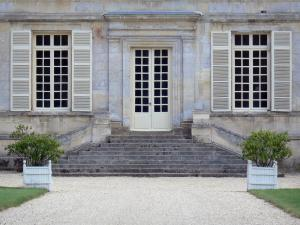 Guiry-en-Vexin - Facade of the château, stairs and potted shrubs