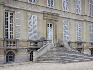 Guiry-en-Vexin - Stairs and facade of the château
