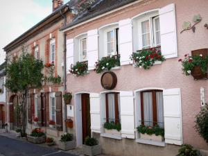 Hautvillers - Houses with flower-bedecked windows