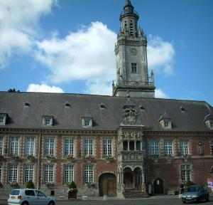 Hesdin - Town hall with belfry and bretesse with sculptures