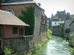 Hesdin - River lined with houses