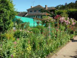 Huis en tuinen van Claude Monet - Monet's tuin in Giverny: Clos Normand: flower bed en rozen