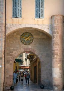 Hyères - The Massillon gateway boasting a clock, a house with blue shutters