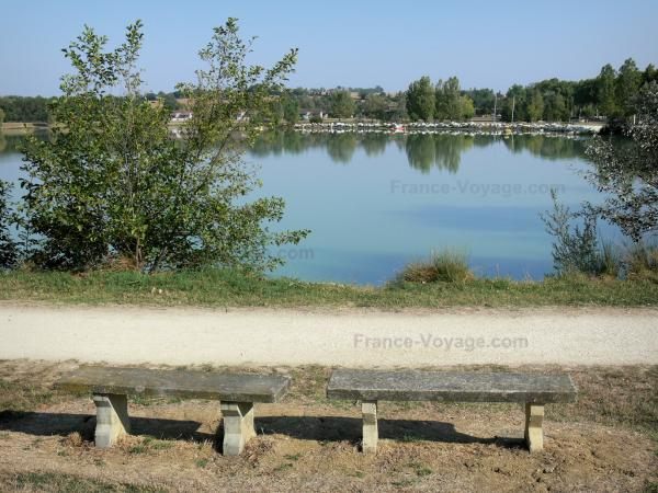 L'Isle-Jourdain - Benches overlooking the L'Isle-Jourdain lake