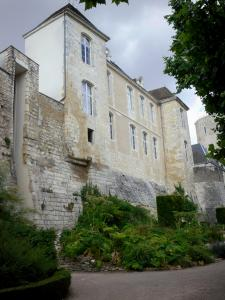 Issoudun - Ramparts and facade of the Town House