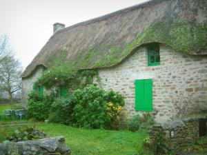Kerhinet - Stone house with a thatched roof (thatched cottage) and green shutters in the Brière Regional Nature Park