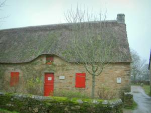 Kerhinet - Stone house with thatched roof (thatched cottage) and red shutters in the Brière Regional Nature Park