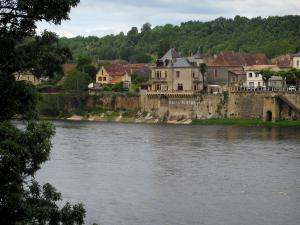Lalinde - Castle and houses of the fortified town, trees, bank and the River Dordogne, in the Dordogne valley
