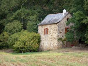 Landscapes of Aveyron - Stone house surrounded by greenery