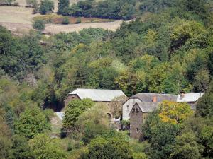 Landscapes of Aveyron - Stone houses surrounded by greenery