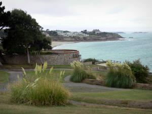 Landscapes of the Brittany coast - Emerald Coast: garden in Dinard with view of the sea and the coast