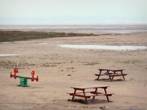 Landscapes of the Brittany coast - The Mont-Saint-Michel bay: leisure and picnic area with view of the sand