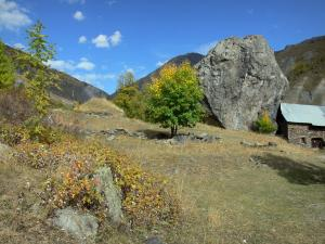 Landscapes of Dauphiné - Oisans - Road of the Col de Sarenne pass: Hamlet of Le Perron and its rock, trees and mountains