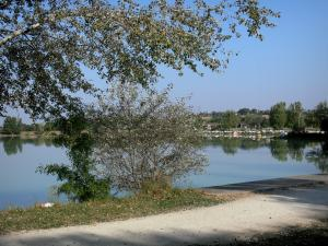 Landscapes of the Gascony - Promenade along the L'Isle-Jourdain lake