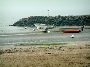 Landscapes of the Loire-Atlantique coast - Sandy beach, boats, cliffs and the sea (Atlantic Ocean)