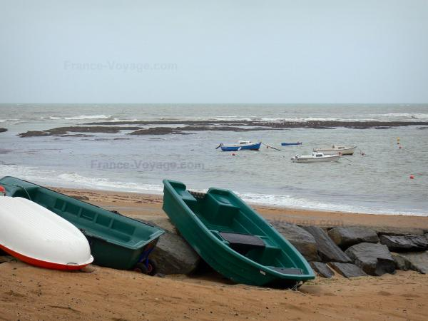 Landscapes of the Vendée - Sandy beach with boats and cliffs, boats on the sea (Atlantic Ocean), in Saint-Hilaire-de-Riez (Sion-sur-l'Océan)
