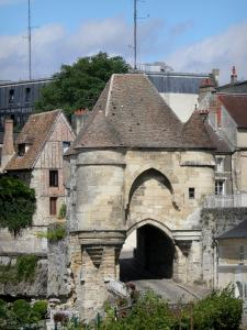 Laon - Porte d'Ardon gate and houses in the town