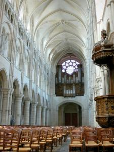 Laon - Inside Notre-Dame cathedral: nave, pulpit, organ and Western rose window