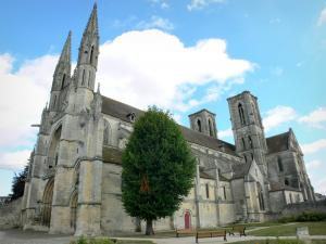 Laon - Saint-Martin abbey church, square with benches and tree
