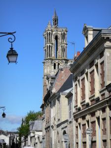 Laon - Facades of houses in the medieval town (opper town) and around the Notre-Dame cathedral overlooking the place