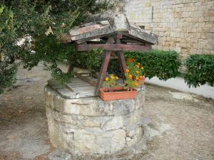 Larressingle - Flower-bedecked well