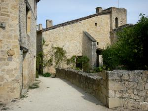 Larressingle - Stone facades of the medieval village