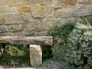 Larressingle - Stone facades, benches and plants
